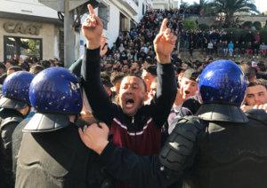 Αλγερία: «Βουλιάζουν» οι πόλεις από τις διαδηλώσεις κατά του προέδρου Μπουτεφλίκα! video