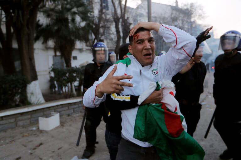 Αλγερία: Άγρια επεισόδια και δέκα τραυματίες στην ογκωδέσταση διαδήλωση! [pics] | Newsit.gr
