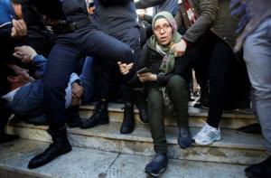 Αλγερία: Δακρυγόνα από την αστυνομία στην συγκέντρωση χιλιάδων διαδηλωτών!