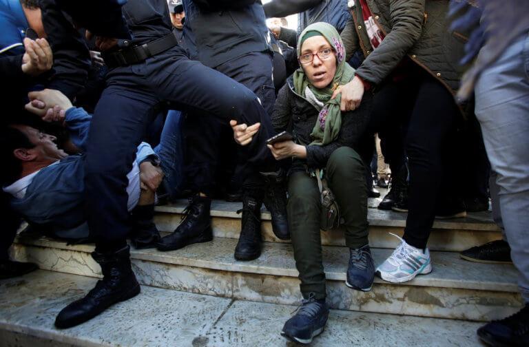 Αλγερία: Δακρυγόνα από την αστυνομία στην συγκέντρωση χιλιάδων διαδηλωτών! | Newsit.gr