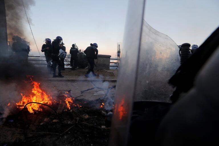 Αλγερία: Χαμός! Ένας νεκρός, δεκάδες τραυματίες και άγρια επεισόδια στους δρόμους! video, pics