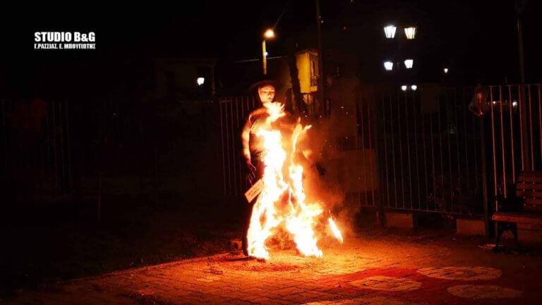 """Έκαψαν το """"λαμόγιο"""" καρνάβαλο στο Ναύπλιο – video"""