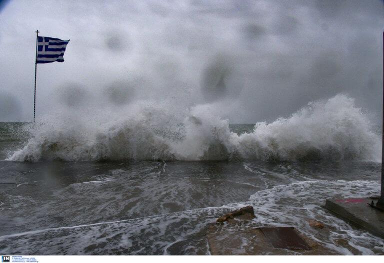 Καιρός: Χιόνια στην Πάρνηθα – Ριπές ανέμου άγγιξαν τα 150 χιλιόμετρα την ώρα στον Παρνασσό!