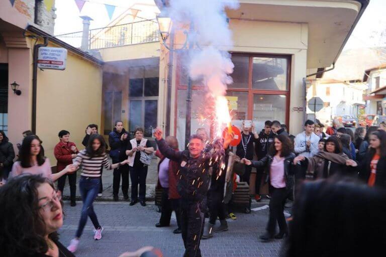 Ολονύκτιο γλέντι στο Βελβεντό μετά την απόφαση να επανασυσταθεί εκ νέου δήμος που καταργήθηκε το 2010   Newsit.gr