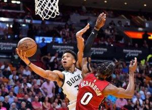 NBA: Σάρωσε και πάλι ο Αντετοκούνμπο! Διέλυσαν τους Χιτ οι Μπακς – video