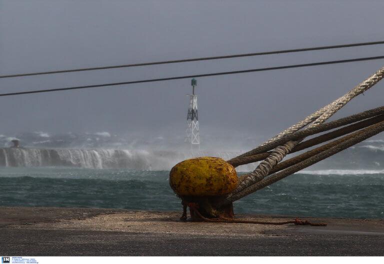 Απαγορευτικό απόπλου: Παραμένουν δεμένα τα πλοία στο λιμάνι του Πειραιά