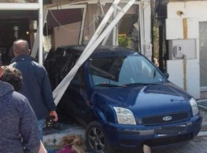 """Πρέβεζα: Οδηγός παρέσυρε γυναίκα και """"μπήκε"""" σε μαγαζί!"""