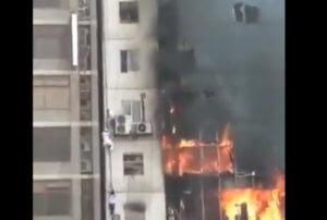 Μπαγκλαντές: Άνθρωποι πέφτουν από το φλεγόμενο κτίριο για να σωθούν! video