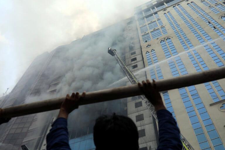 Κόλαση πυρός στο Μπαγκλαντές! Τυλίχθηκε στις φλόγες ουρανοξύστης – video