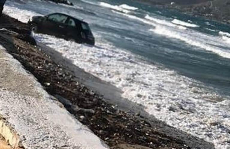 Πάρος: Κατάφερε να αποφύγει τη λακκούβα αλλά τα έκανε μούσκεμα – Το αυτοκίνητο έπεσε στη θάλασσα [pic]