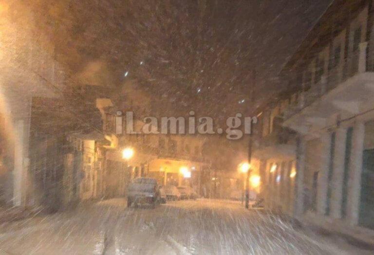Καιρός: Χιονίζει στην Λαμία! Χαμός προς Δομοκό και Καρπενήσι [pic]