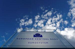 ΕΚΤ: Παγώνει τα επιτόκια και ρίχνει πρόσθετο χρήμα στην αγορά