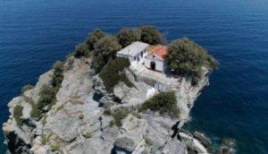 Σκόπελος: Οι νύφες κάνουν… κράτηση για το εκκλησάκι των ονείρων τους! Το «Mamma Μia» ήταν μόνο η αρχή