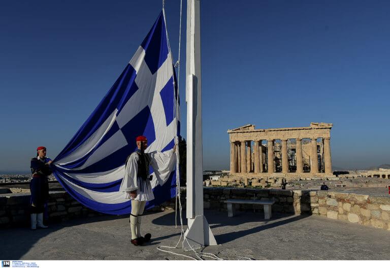 25η Μαρτίου: Η έπαρση της σημαίας από τους Ευζώνους στην Ακρόπολη [pics]