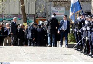 25η Μαρτίου: Η στιγμή που άνδρας προσπαθεί να επιτεθεί στον Πρόεδρο της Δημοκρατίας [video]