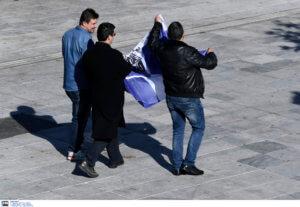 Παρέλαση 25ης Μαρτίου: Απομάκρυναν πολίτη που είχε την ελληνική σημαία! [pics]