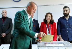 Τουρκία: Έβαλε το… πράσινο σακάκι του και ψήφισε ο Ερντογάν [pics]