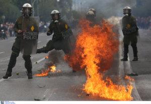 Επεισόδια στα Εξάρχεια – Βροχή μολότοφ από νεαρούς εναντίον αστυνομικών