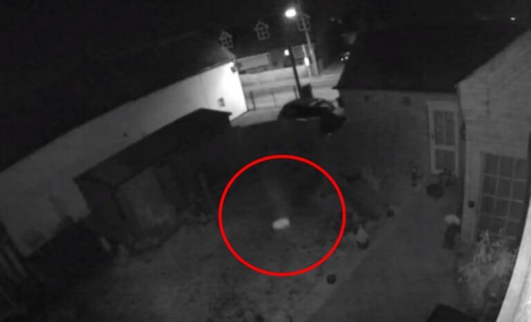 """Απίστευτο: Κάμερα ασφαλείας """"έπιασε"""" φάντασμα μικρού παιδιού;"""
