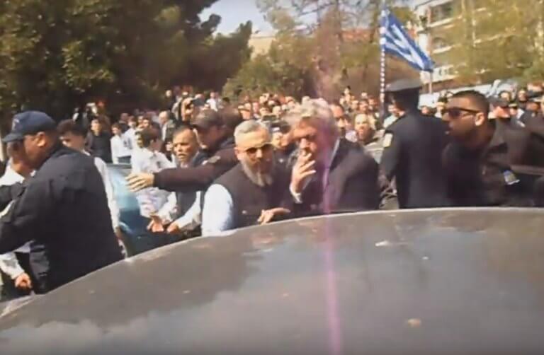 Παρέλαση 25 Μαρτίου – Κατερίνη: Αστυνομικοί φυγάδευσαν βουλευτή του ΣΥΡΙΖΑ! – video