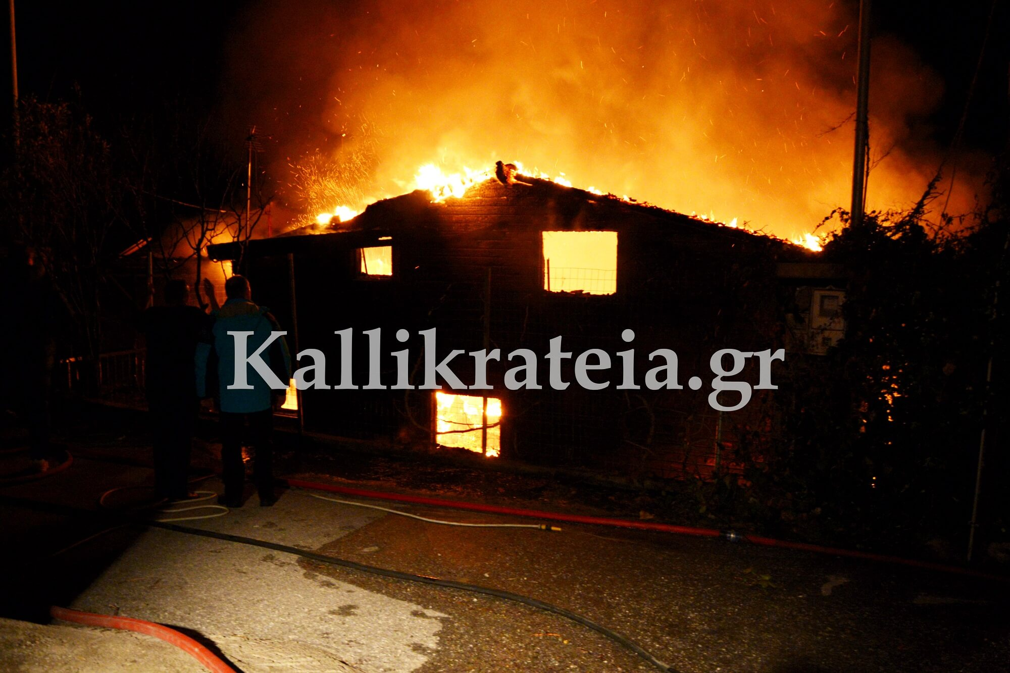 Πύρινη κόλαση! Φωτιά και εκρήξεις σε σπίτι στη Χαλκιδική – video