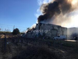 Μεγάλη φωτιά σε εργοστάσιο χαρτικών στα Γλυκά Νερά [pics, video]