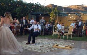 Όταν η νύφη κάνει αυτό στον γαμπρό, κανείς δεν μπορούσε να πάρει τα μάτια του από πάνω τους!