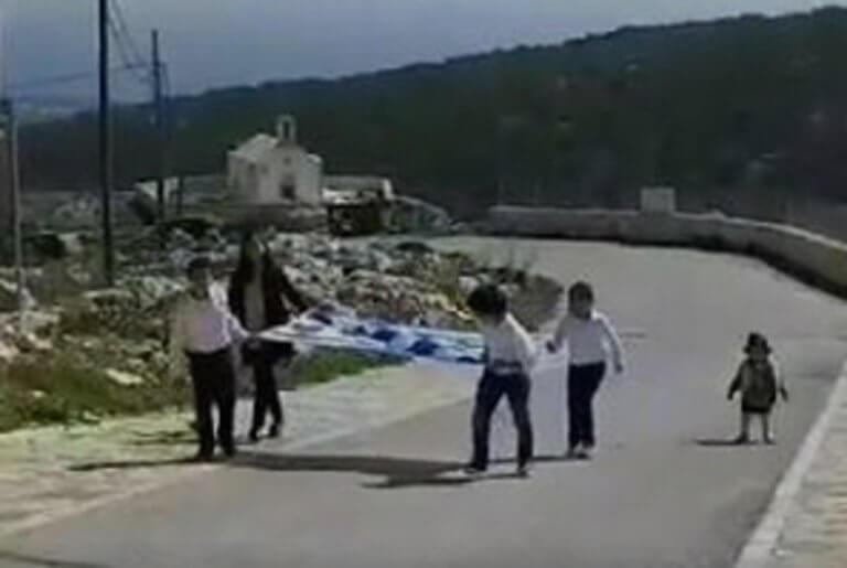 25η Μαρτίου – Παρέλαση: Μοναδικές εικόνες στη Γαύδο – Οι τρεις μαθητές και η δασκάλα τους – video