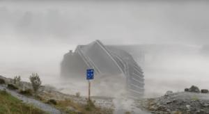 Δραματικές στιγμές στη Νέα Ζηλανδία – Κατέρρευσε γέφυρα από τα ορμητικά νερά [video]