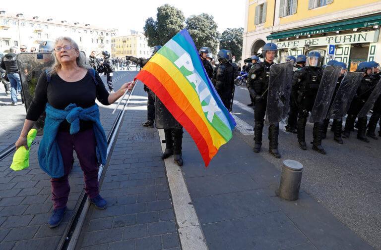 Οργή στη Γαλλία για το σχόλιο Μακρόν γι' αυτή την ηλικιωμένη γυναίκα