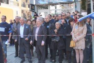 """Παρέλαση 25 Μαρτίου – Γρεβενά: Οι επίσημοι έφυγαν αμίλητοι – Δεν ακούστηκε το """"Μακεδονία ξακουστή"""" – video"""