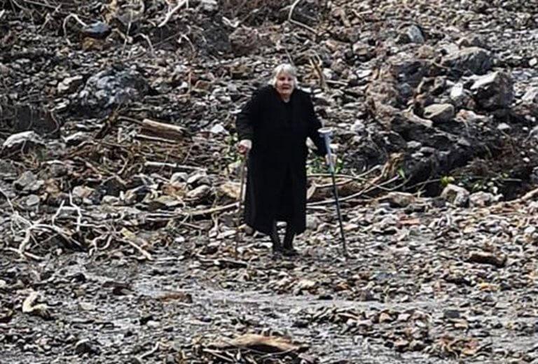Κρήτη: Εγκαταλείπει το αποκλεισμένο της χωριό με πατερίτσες – Η γιαγιά που συγκίνησε τους διασώστες [pics, video]