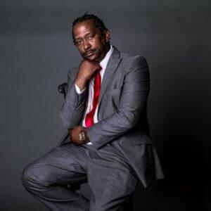 Ένας μαύρος, ηγέτης νεοναζιστικής οργάνωσης – Μια ιστορία σαν… ταινία, με πολλά σκοτεινά σημεία