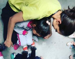 Η Κέιτι Χολμς με την κόρη της στα παιδιά της Μόριας [pics]