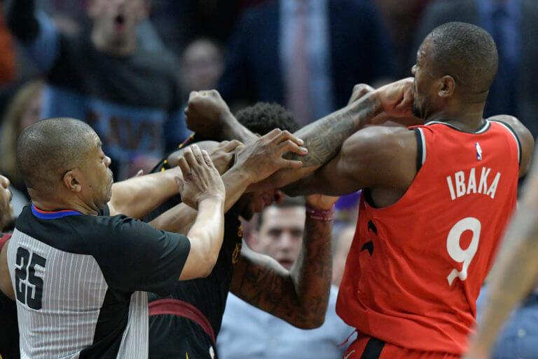 """Έπεσαν μπουνιές στο NBA! """"Τρελάθηκε"""" με αντίπαλο ο Ιμπάκα – videos"""