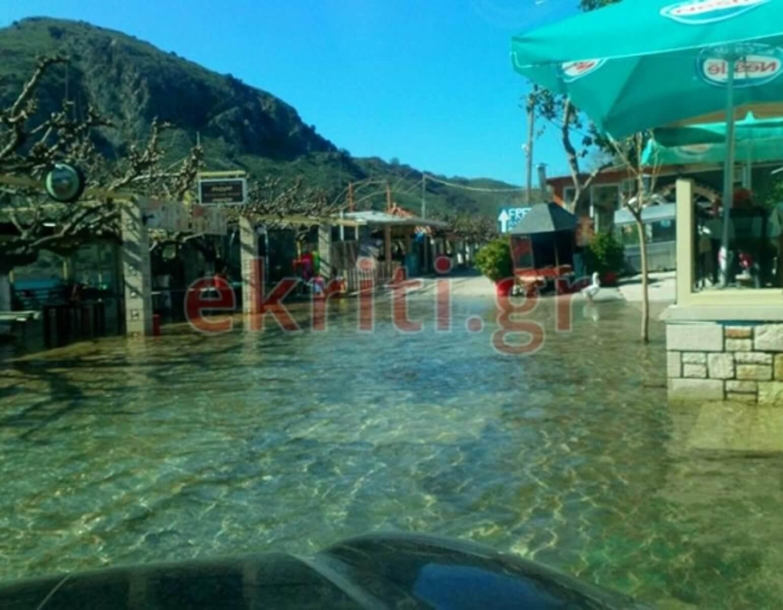 Χανιά: Το νερό της λίμνης Κουρνά είναι ακόμα μέσα στα καταστήματα [pics]