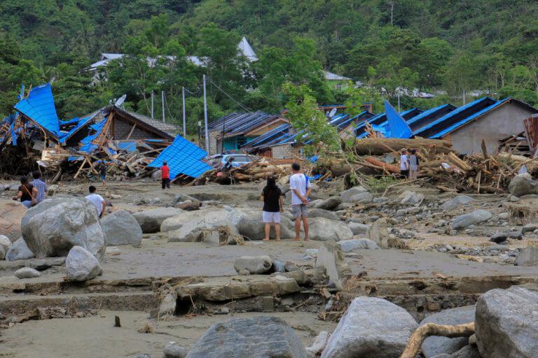 Ινδονησία: Φτάνουν τους 80 οι νεκροί από τις φονικές πλημμύρες [pics]