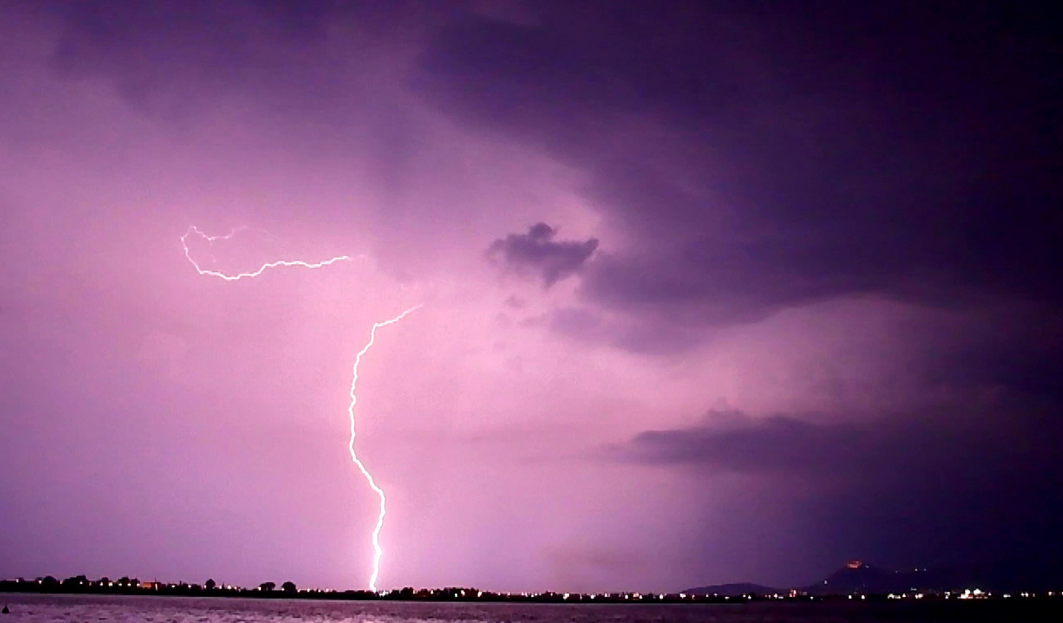 """Καιρός: """"Ανοίγουν οι ουρανοί"""" από την Τετάρτη – Καταιγίδες, χαλάζι και """"βουτιά"""" της θερμοκρασίας"""