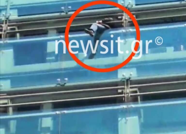 Βίντεο σοκ! Προσπάθησε να πέσει από τα γραφεία του ΕΦΚΑ