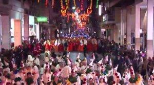 """Καρναβάλι: """"Κάηκε"""" η Πάτρα από 40.000 και πλέον καρναβαλιστές! – Video"""