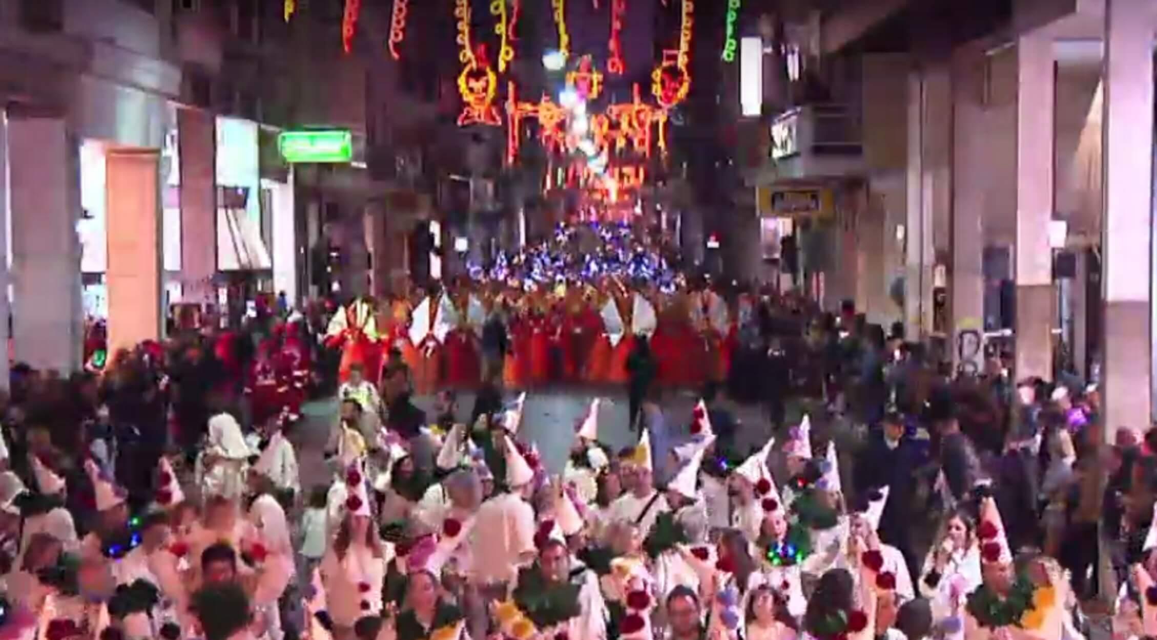 """Καρναβάλι: """"Κάηκε"""" η Πάτρα από 40.000 και πλέον καρναβαλιστές! [pics, video]"""