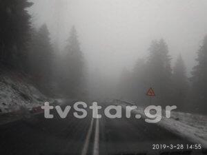 Χιονίζει έξω από το Καρπενήσι – video