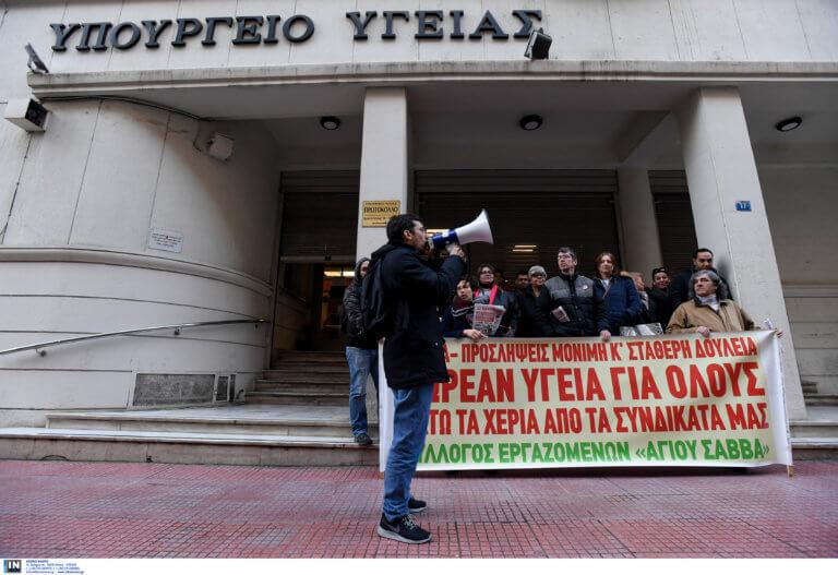 «Κατασκήνωση» έξω από το Υπουργείο Υγείας στήνουν οι καθαρίστριες