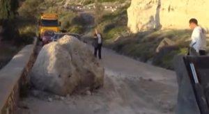 Σαντορίνη: Κατολίσθηση βράχων κοντά στο λιμάνι του Αθηνιού – Έκλεισε για ώρες ο δρόμος – video