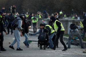 Ψάχνουν αν η αστυνομία έκανε υπερβολική χρήση βίας στα «κίτρινα γιλέκα»!