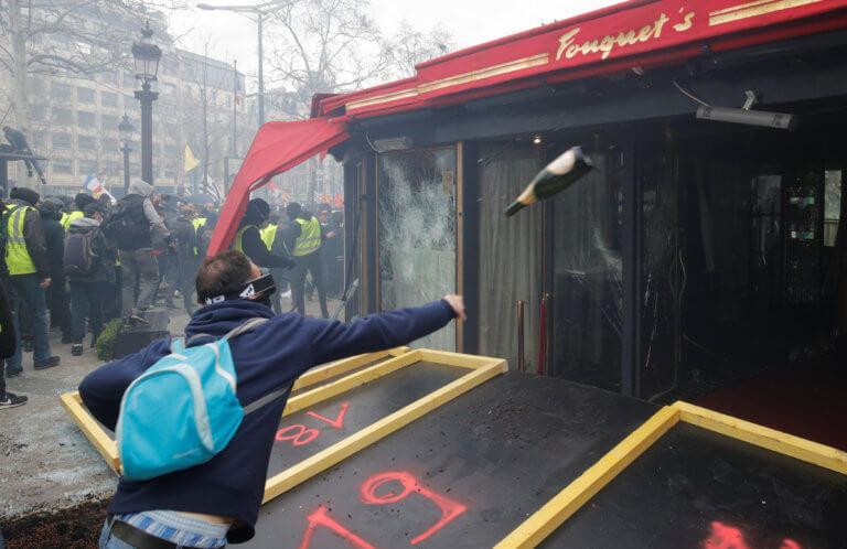 Κίτρινα Γιλέκα: Ξύλο και λεηλασίες στο Παρίσι – Πεδίο μάχης τα Ηλύσια Πεδία