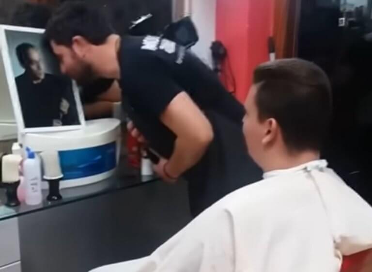 Ο κουρέας στη Ναύπακτο που προσκυνάει… το κλαρίνο – video | Newsit.gr