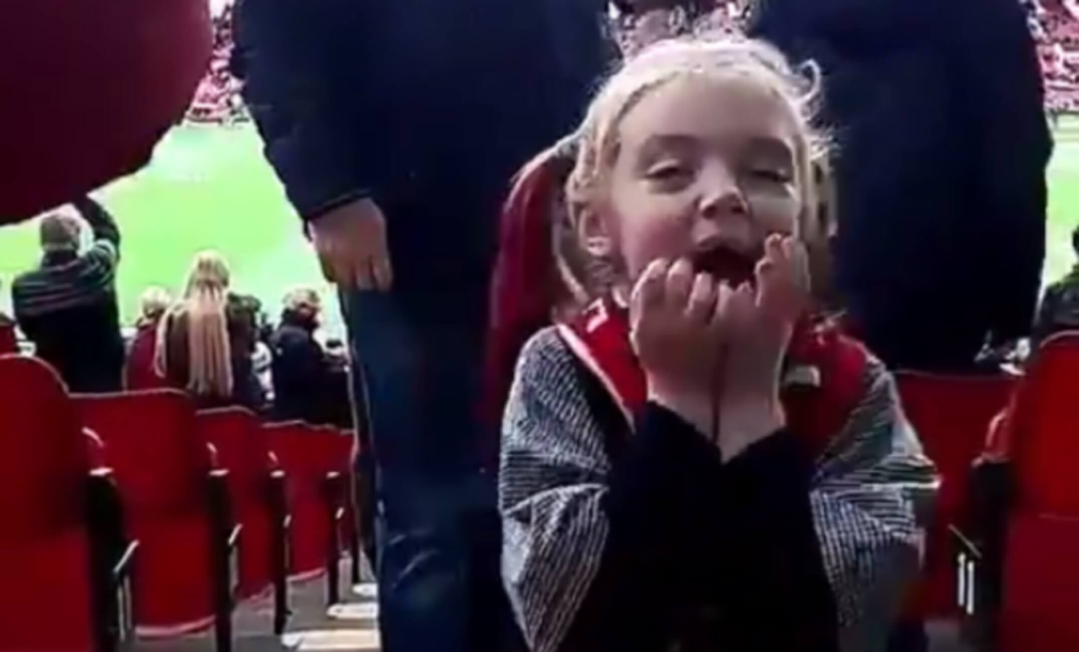 """Κοριτσάκι """"τρελάθηκε"""" όταν αντίκρισε το Όλντ Τράφορντ! – video"""