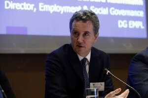 Κοστέλο: Αυστηρός και επικριτικός προς την κυβέρνηση