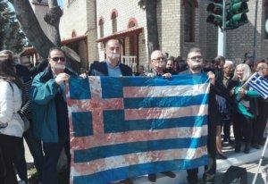 Παρέλαση 25 Μαρτίου – Κοζάνη: Κλειστά στόματα, μια ματωμένη ελληνική σημαία και συνθήματα κατά πολιτικών – video